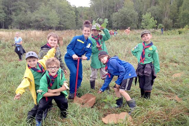 Avec l'aide de près de 120 jeunes scouts... (Photo fournie par l'Association forestière des deux rives)