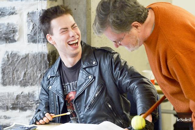 Michel Pitre avec Charles-Étienne, un de ses élèves... (Le Soleil, Jean-Marie Villeneuve)