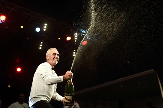 Le Breton Loïck Peyron a sabré le champagne,... (Photo Nicolas Derne, AFP)