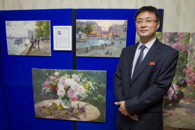 L'artiste nord-coréen Jon Pyong Jin pose devant ses... (Photo: AFP)