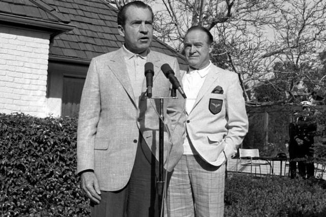 Bob Hope (à droite) en compagnie du président... (Photo: archives AP)
