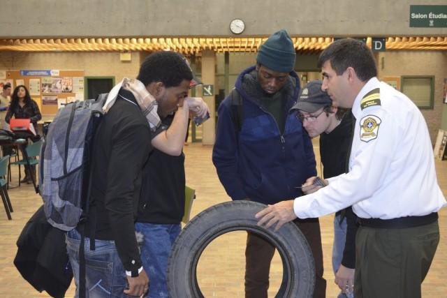 Les policiers de la SQ ont présenté aux... ((Photo Louis Potvin))