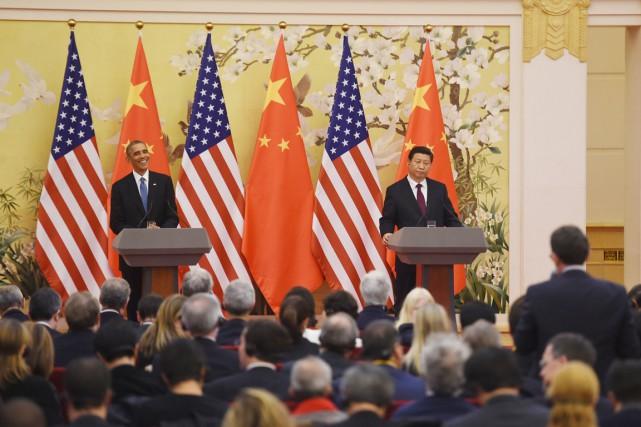 En compagnie de son homologue américain, le président... (PHOTO GREG BAKER, AFP)