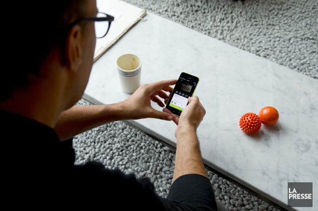Avec la popularité grandissante des appareils mobiles, les Canadiens ont... (Archives La Presse)