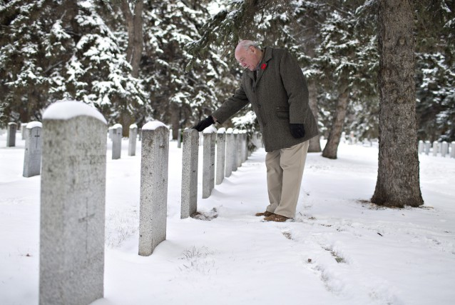 Un homme se recueille sur la tombe de... (Photo Jason Franson, La Presse Canadienne)