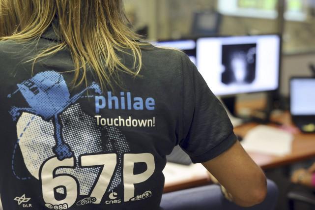 Plusieurs scientifiques portaient mercredi un chandail avec les... (AFP, Remy Gabalda)