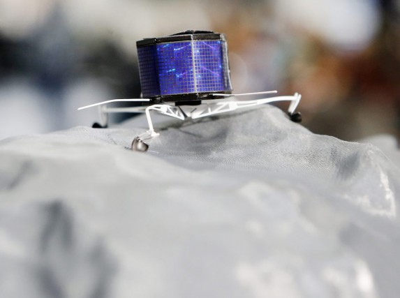 Un modèle miniature du robot Philae sur la... (PHOTO MICHAEL PROBST, ARCHIVES AP)