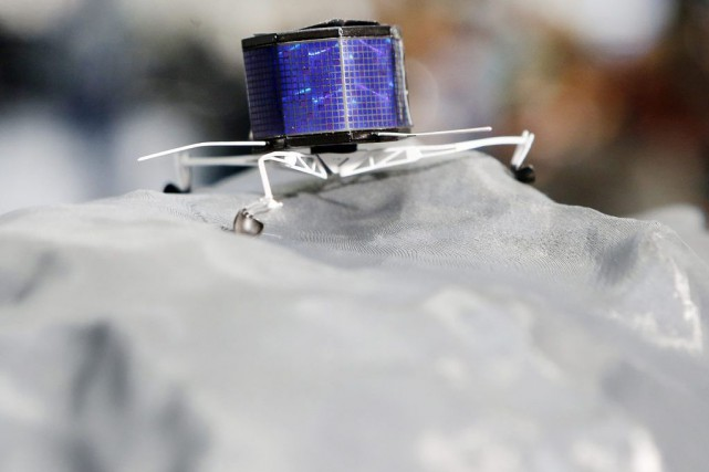 Un modèle miniature du robot Philae sur la... (PHOTO MICHAEL PROBST, ASSOCIATED PRESS)