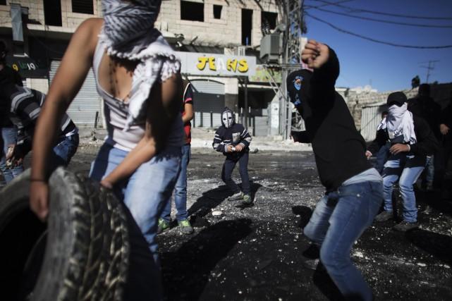 Plusieurs dizaines de Palestiniens masqués ont lancé des... (PHOTO FINBARR O'REILLY, ARCHIVES REUTERS)