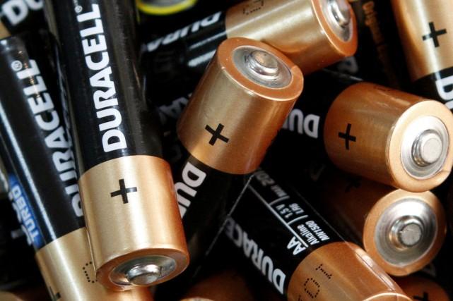 Le milliardaire américain Warren Buffett s'est offert les piles Duracell,... (Photo archives Reuters)
