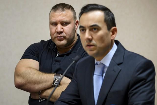 Murat Kurnaz (à gauche), ancien détenu de la... (PHOTO FABRICE COFFRINI, AFP)