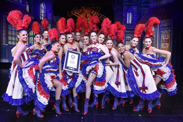 La troupe de danseuses du Moulin Rouge pose... (Photo Miguel Medina, AFP)