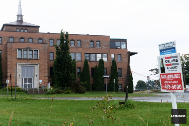 Le bâtiment abritant l'école Les Arbrisseaux a été vendu à un consortium... (Archives La Tribune)