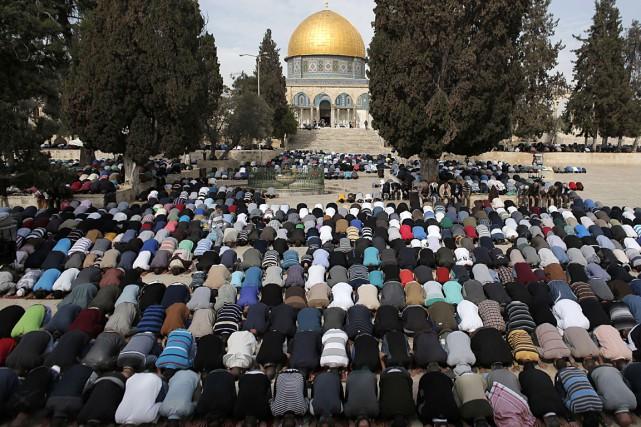 Des milliers de croyants, faute de place à... (PHOTO AHMAD GHARABLI, AFP)