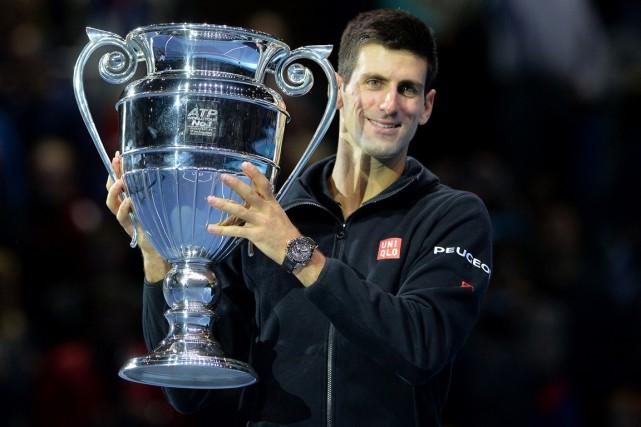 Novak Djokovic a reçu le trophée du numéro... (Photo Glyn Kirk, AFP)