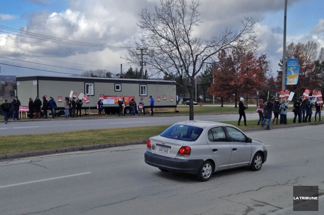 Des piquets de grève des chargés de cours... (La Tribune, Claude Plante)