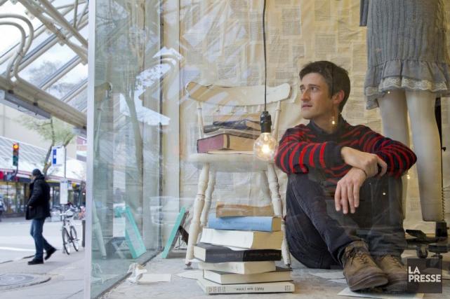 Jérôme Minière pose dans la vitrine de la... (Photo: Alain Roberge, La Presse)