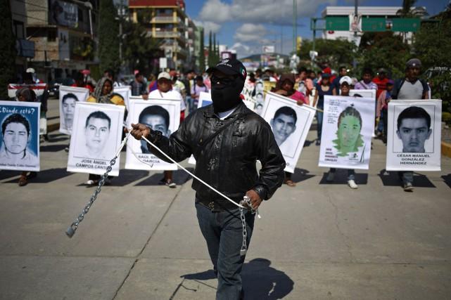 En tête de cortège, plusieurs parents des disparus... (PHOTO JORGE DAN LOPEZ, REUTERS)