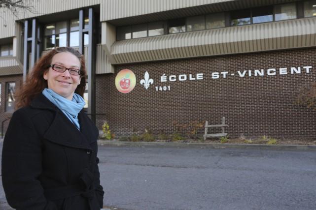Stéphanie Baillargeon du conseil d'établissement devant l'école St-Vincent... (photo Alain Dion)