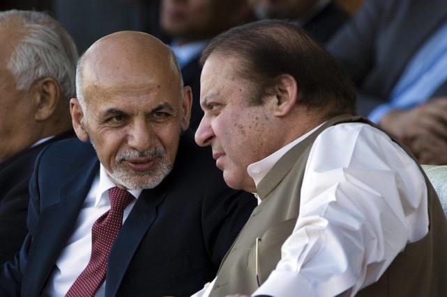 Le président afghan Ashraf Ghani discute avec le... (PHOTO B.K. BANGASH, AP)