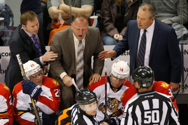 Gerard Gallant en conversation à sens unique avec... (PHOTO DAVID ZALUBOWSKI, AP)