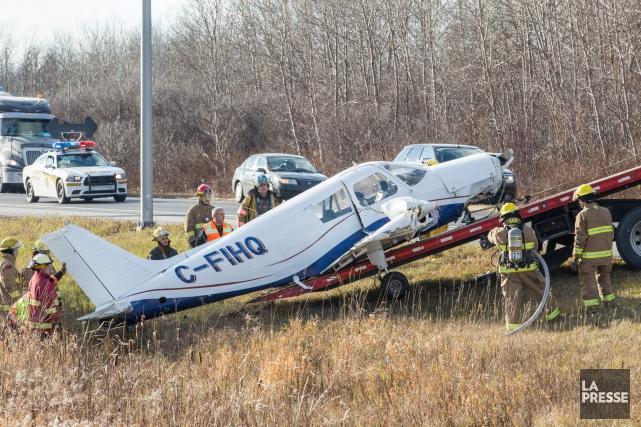 Un petit avion a dû effectuer un atterissage... (Photo Steve Jolicoeur, Collaboration spéciale)