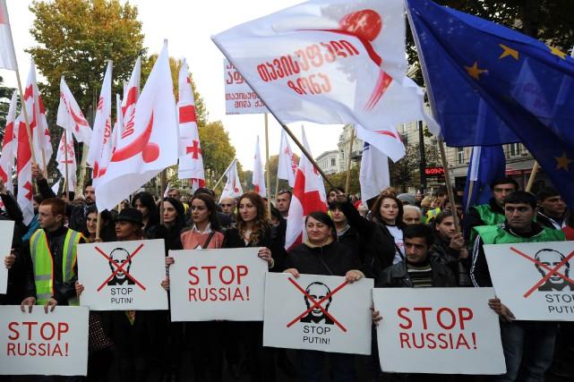 Les manifestants montraient des affiches clamant «Arrêtez la... (Photo VANO SHLAMOV, AFP)