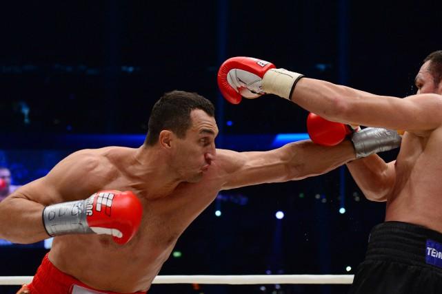 Klitschko (à gauche) a signé une 63e victoire... (Photo JOHN MACDOUGALL, AFP)