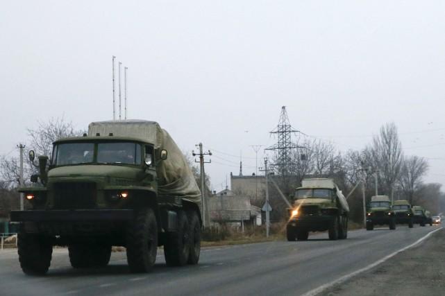 Des véhicules non identifiés se déplacent dans l'est... (Photo Maxim Zmeyev, Reuters)