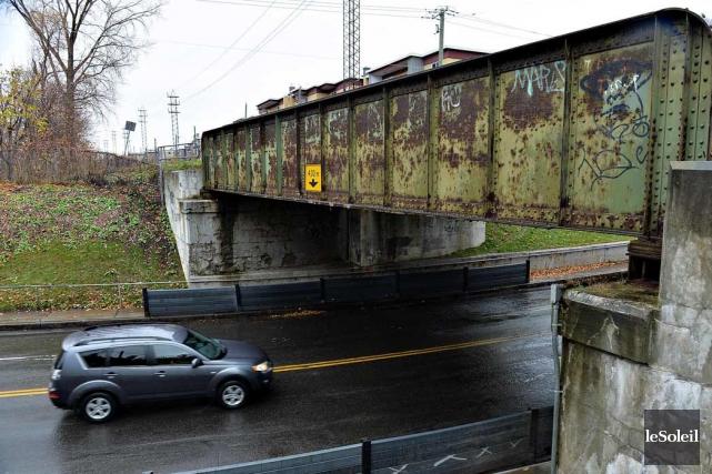 Le pont ferroviaire qui surplombe la 1ère Avenue... (Le Soleil, Patrice Laroche)