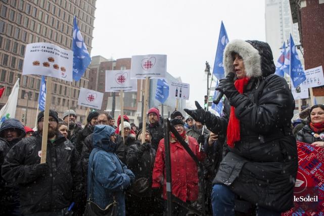 Plusieurs dizaines de personnes sont venues appuyer Radio-Canada... (Le Soleil, Caroline Grégoire)
