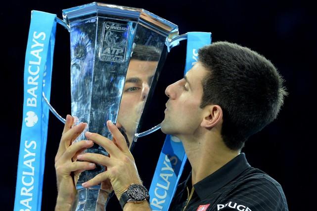 Novak Djokovic a embrassé son trophée après avoir... (Photo Glyn Kirk, AFP)