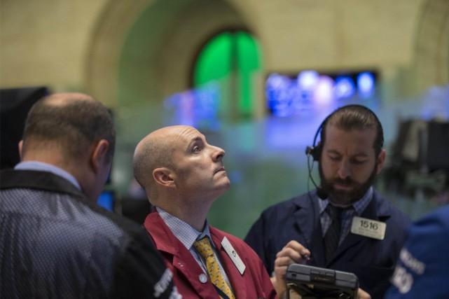 Fluctuant depuis l'ouverture, les indices «restent tirés vers... (PHOTO BRENDAN MCDERMID, REUTERS)