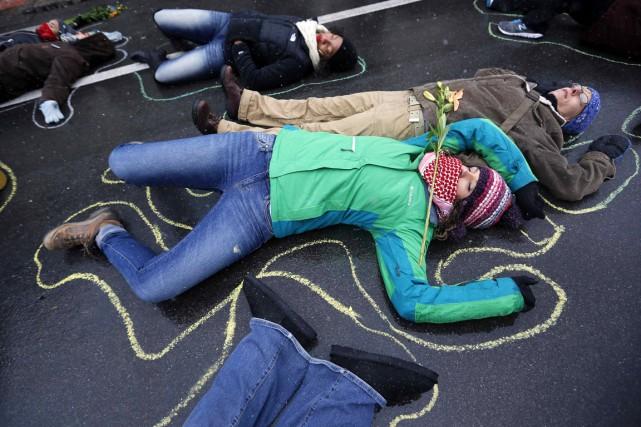 Des activistes ont souligné les 100 jours qui... (PHOTO JIM YOUNG, ARCHIVES REUTERS)