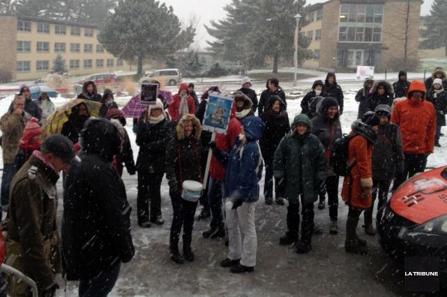Des organismes et syndicats se sont unis, lundi midi, afin de dénoncer les... (La Tribune, Isabelle Pion)