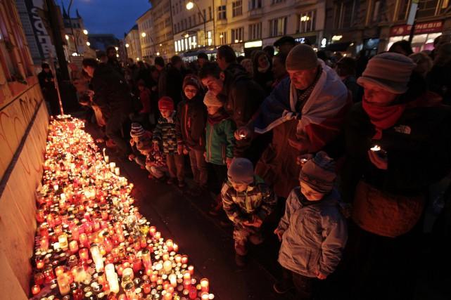 Des milliers de Tchèques se sont rassemblés au coeur de Prague, lundi, pour... (Photo DAVID W CERNY, REUTERS)