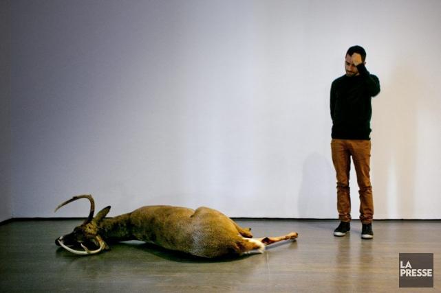 Abbas Akhavan devant l'une de ses oeuvres.... (Photo: Marco Campanozzi, La Presse)