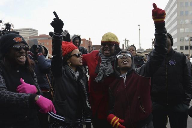 Des gens manifestent pacifiquement dans les rues de... (AFP, Michael B. Thomas)