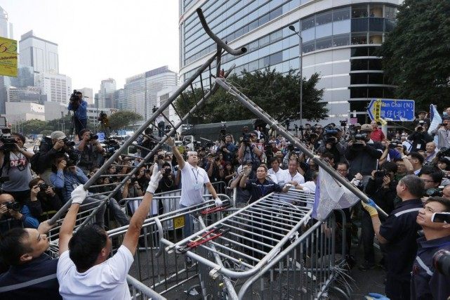 La dizaine de manifestants présents n'ont opposé aucune... (PHOTO KIN GHEUNG, ASSOCIATED PRESS)
