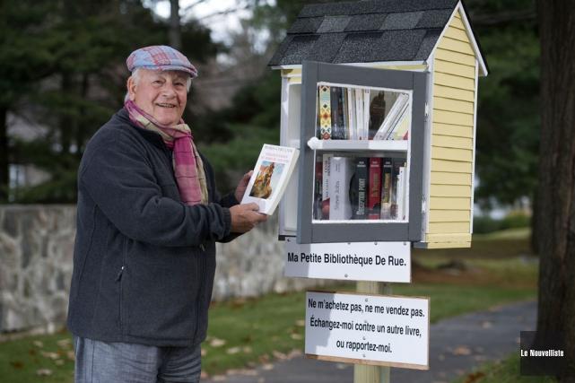 Jacques Lessard et sa microbibliothèque, installée devant sa... (Photo: Stéphane Lessard, Le Nouvelliste)