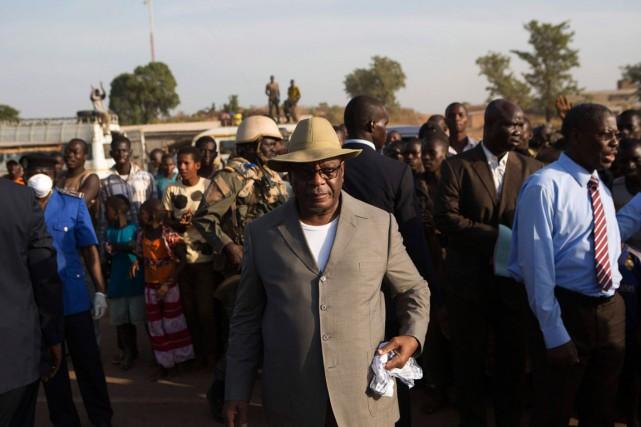 Le président Ibrahim Boubacar Kéita harangue ensuite les... (PHOTO: REUTERS)
