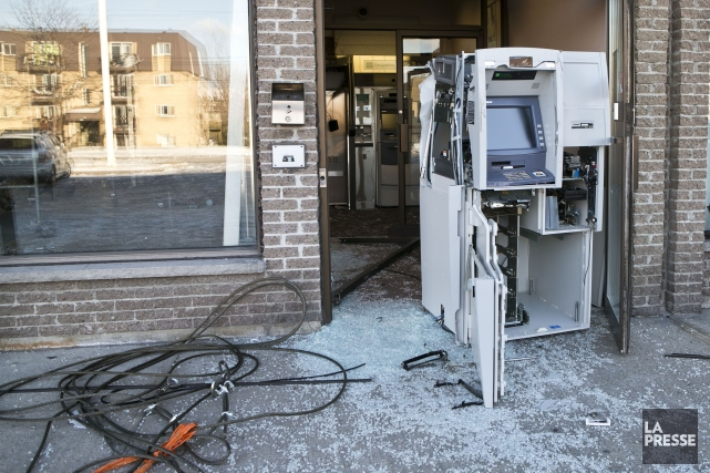 Des malfaiteurs ont éventré la façade d'un immeuble de l'est de Montréal en fin... (PHOTO HUGO-SÉBASTIEN AUBERT, LA PRESSE)