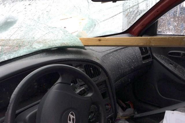 Un morceau de bois a perforé le pare-brise... (Photo courtoisie)