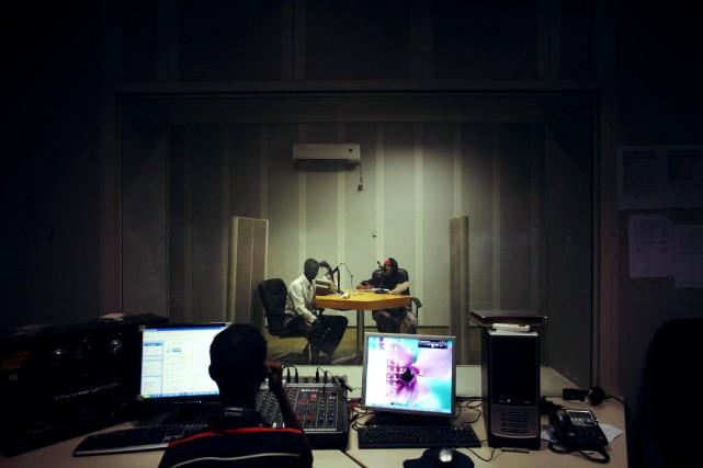 Le studio d'enregistrement d'une chaîne radio basée à... (Photo JEHAD NGA, The New York Times)