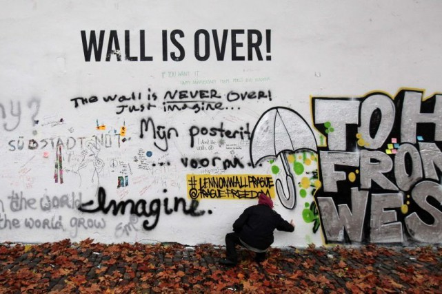Le mur de Prague, qui était auparavant recouvert d'images et de graffitis... (Photo: Reuters)
