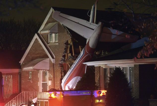 Le pilote d'un petit avion cargo est mort lorsque son bimoteur s'est écrasé sur... (Photo Brian Jackson, AP)