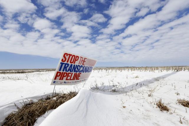 Un panneau installé par un opposant sur le... (Associated Press)