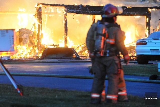 Un corps a été retrouvé dans les décombres d'une résidence incendiée hier à... (Archives La Tribune)