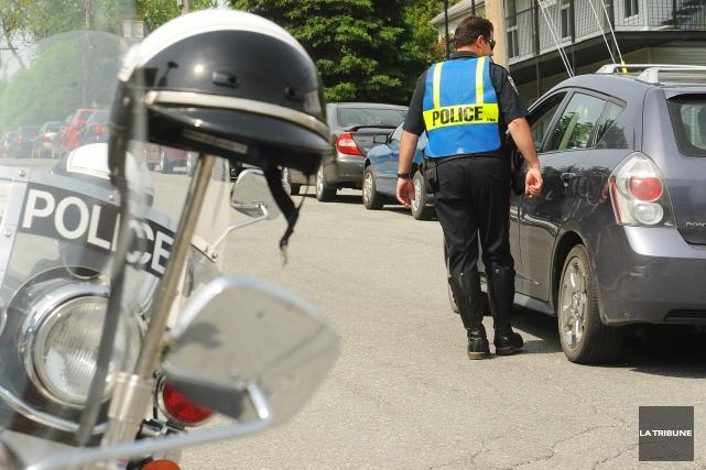Le Service de police de Sherbrooke s'attend à ce que ses policiers distribuent... (Archives La Tribune, Jessica Garneau)