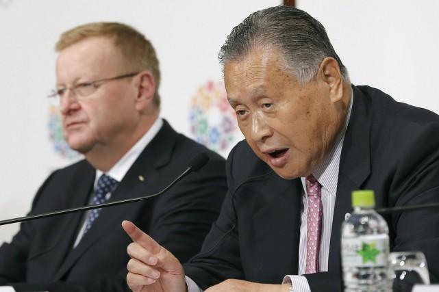 Le vice-président du CIO, John Coates, et le... (Photo AP)